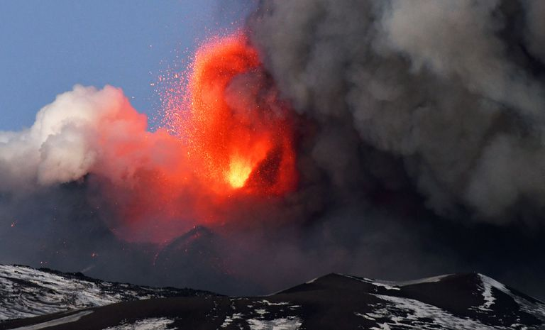 Las impactantes imágenes de la erupción del volcán Etna recorrieron el mundo
