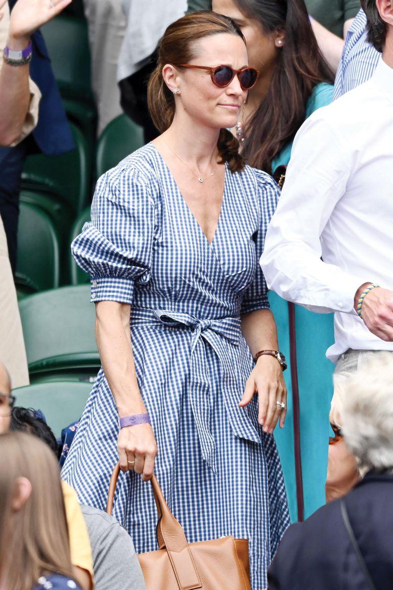 Pippa lució un clásico vestido vichy, con lazo y escote cache coeur, de Ralph Lauren.