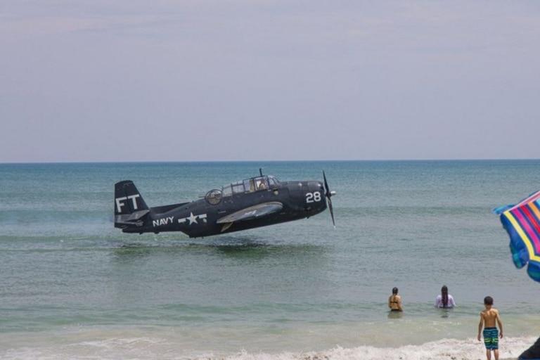 El avión es un Avenger de la Segunda Guerra Mundial