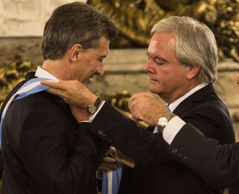 Pinedo, presidente provisional del Senado, le colocó la banda a Macri