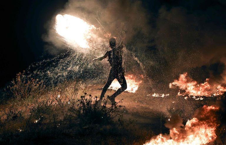 Un manifestante palestino quema neumáticos durante una protesta en la Franja de Gaza