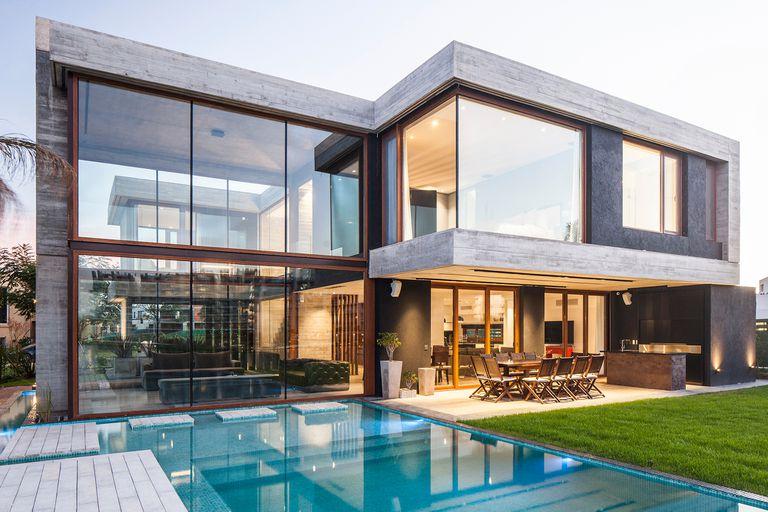 NORDELTA. Realizadas por Wellpac para Rehau, las ventanas en tono nogal resaltan en esta potente obra del estudio Housing.