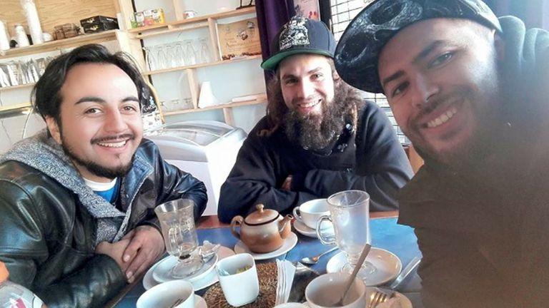 Santiago Maldonado (centro) junto a dos compa?eros