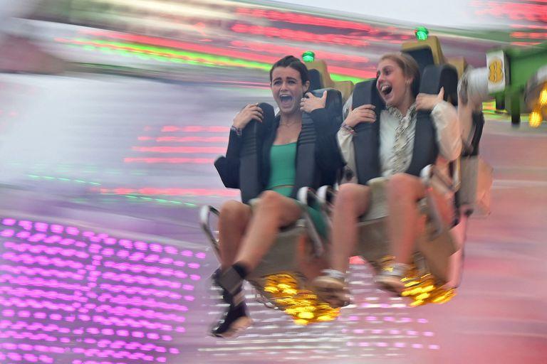 Dos chicas en una atracción durante el festival de Reading
