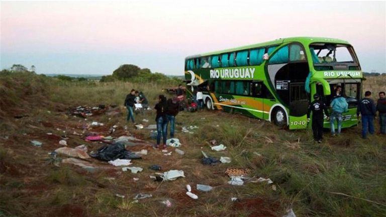 En el lugar del trágico accidente, ayer los peritos de la policía brasileña revisaban el colectivo en el que viajaban los estudiantes
