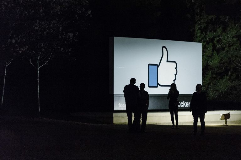 En un estudio, las personas que dejaron de utilizar la red social pasaron más tiempo desconectados de Internet, además de compartir más momentos con amigos y familia, y en ver televisión