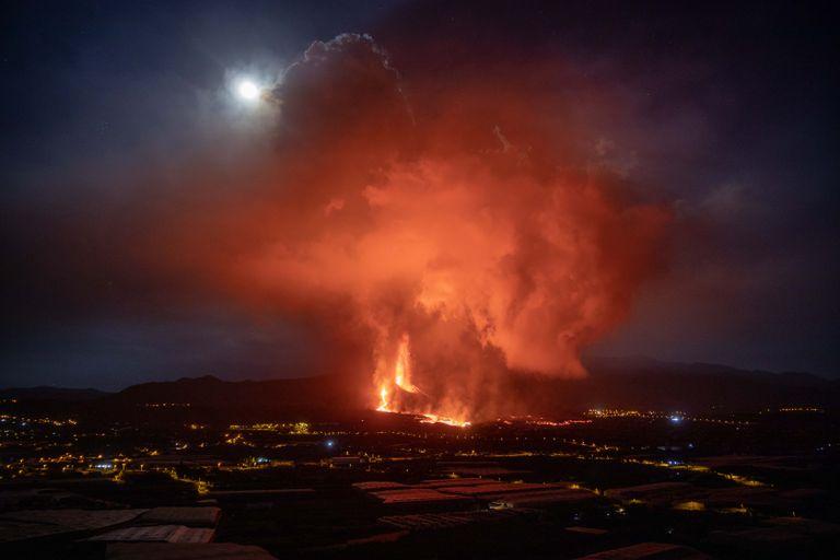 Se rompió el cono del volcán de La Palma y cierran el aeropuerto local