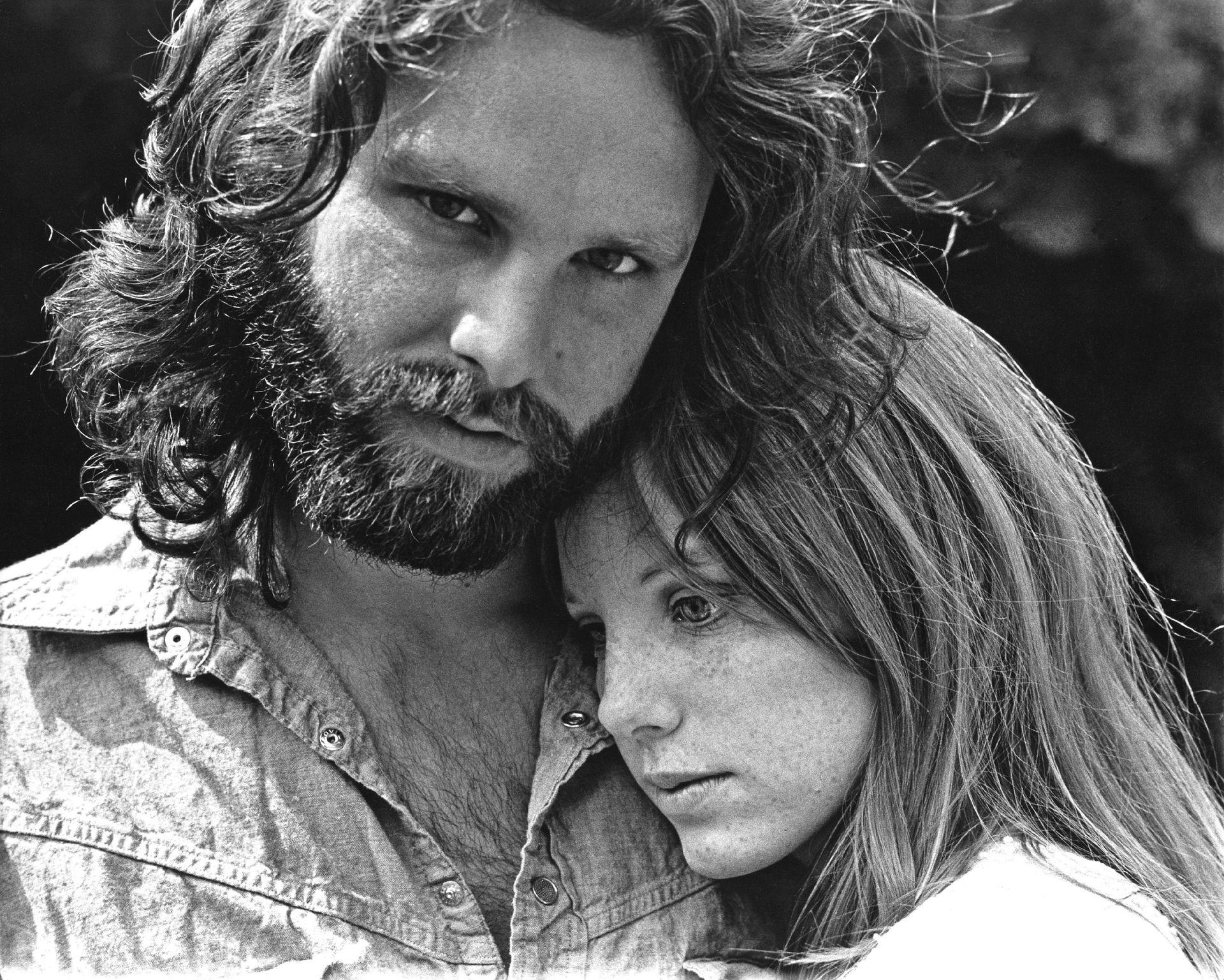 Jim Morrison  y Pamela Courson en Hollywood Hills, California, en 1969