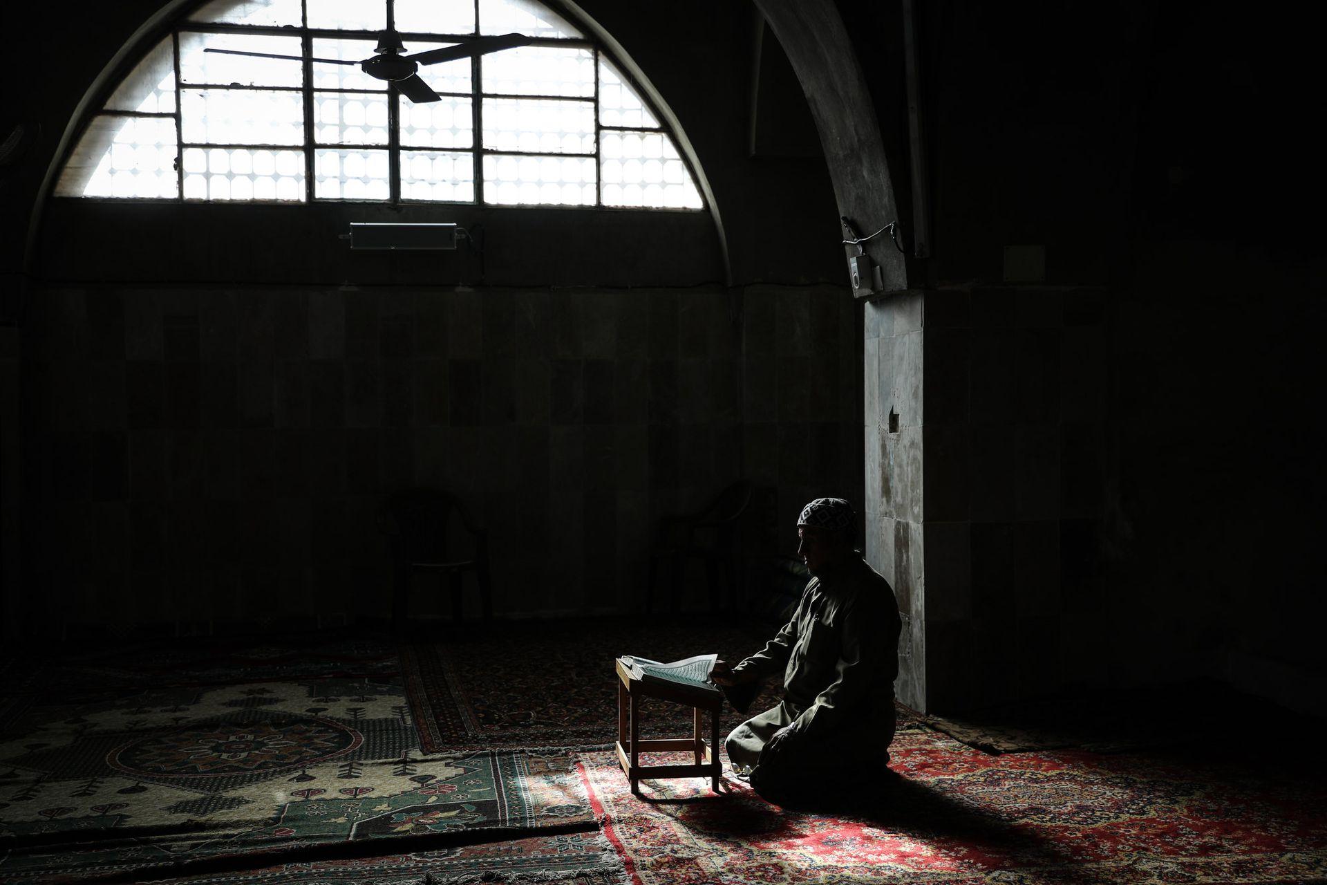 Un sirio lee el Corán en la mezquita de la ciudad de Maarrat Misrin, Siria