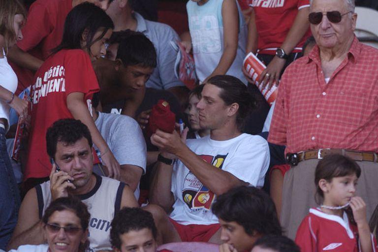 Gastón Gaudio en la tribuna de Independiente, firmando autógrafos