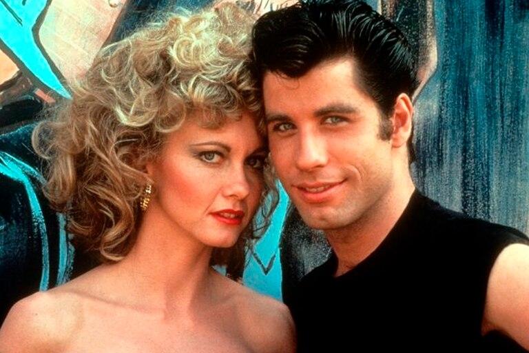 """Olivia Newton-John y John Travolta en un poster promocional de la película """"Grease"""" (1978)"""