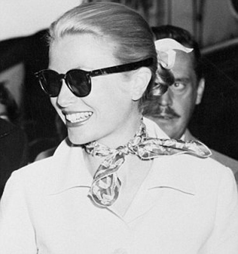 Grace Kelly, con el pañuelo de seda estampado de la colleción Flora, la firma en los años 50 desarrollo una línea inspirada en la estrella de Hollywood, devenida princesa