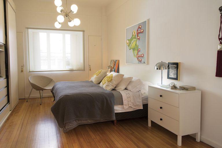 Su habitación, donde la cama está acompañada por dos cajoneras como mesita de luz, con veladores antiguos. Se destaca el cuadro de una rana, pintado por la artista Flor Vannucci –hermana de Victoria–.