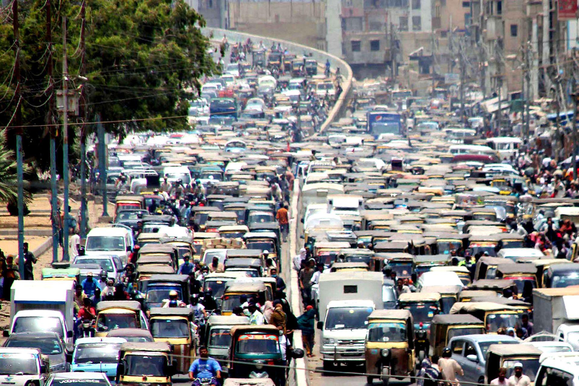 Embotellamientos de tránsito en Karachi. El gobierno paquistaní alivió la cuarentena por el brote de coronavirus