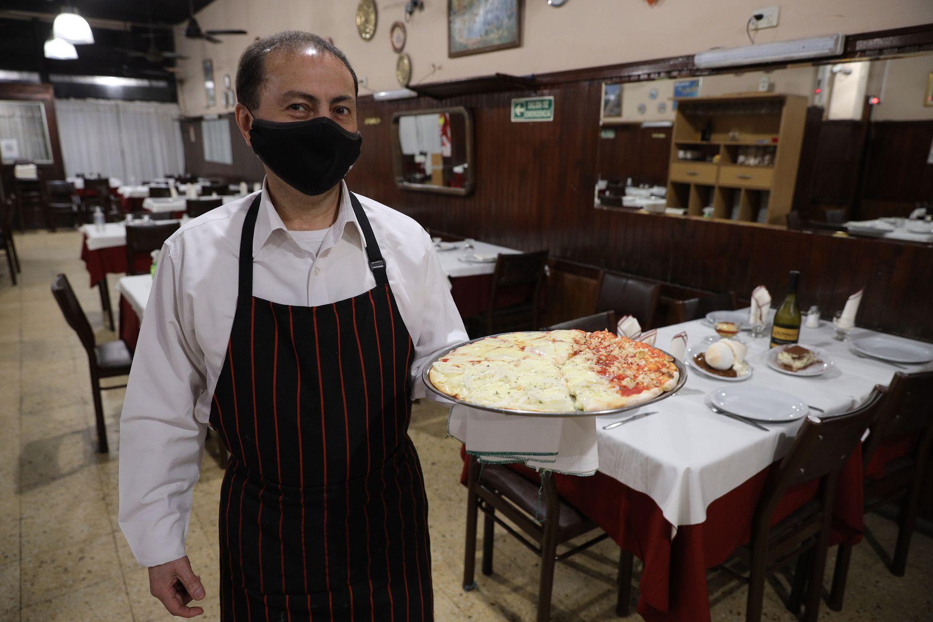 Restaurante Albamonte, en el barrio porteño de Chacarita. Eduardo con una pizza Mercedes Benz de tres gustos.