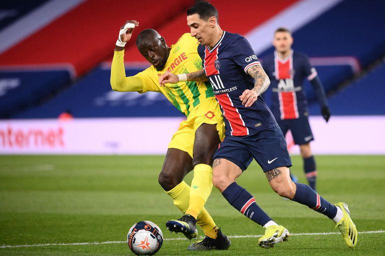 Ángel Di María pelea por el control de la pelota con Abdoulaye Toure, durante el partido que PSG y Nantes jugaron en el Parque de los Príncipes; el rosarino fue reemplazado por un hecho de inseguridad que la familia sufrió en su hogar