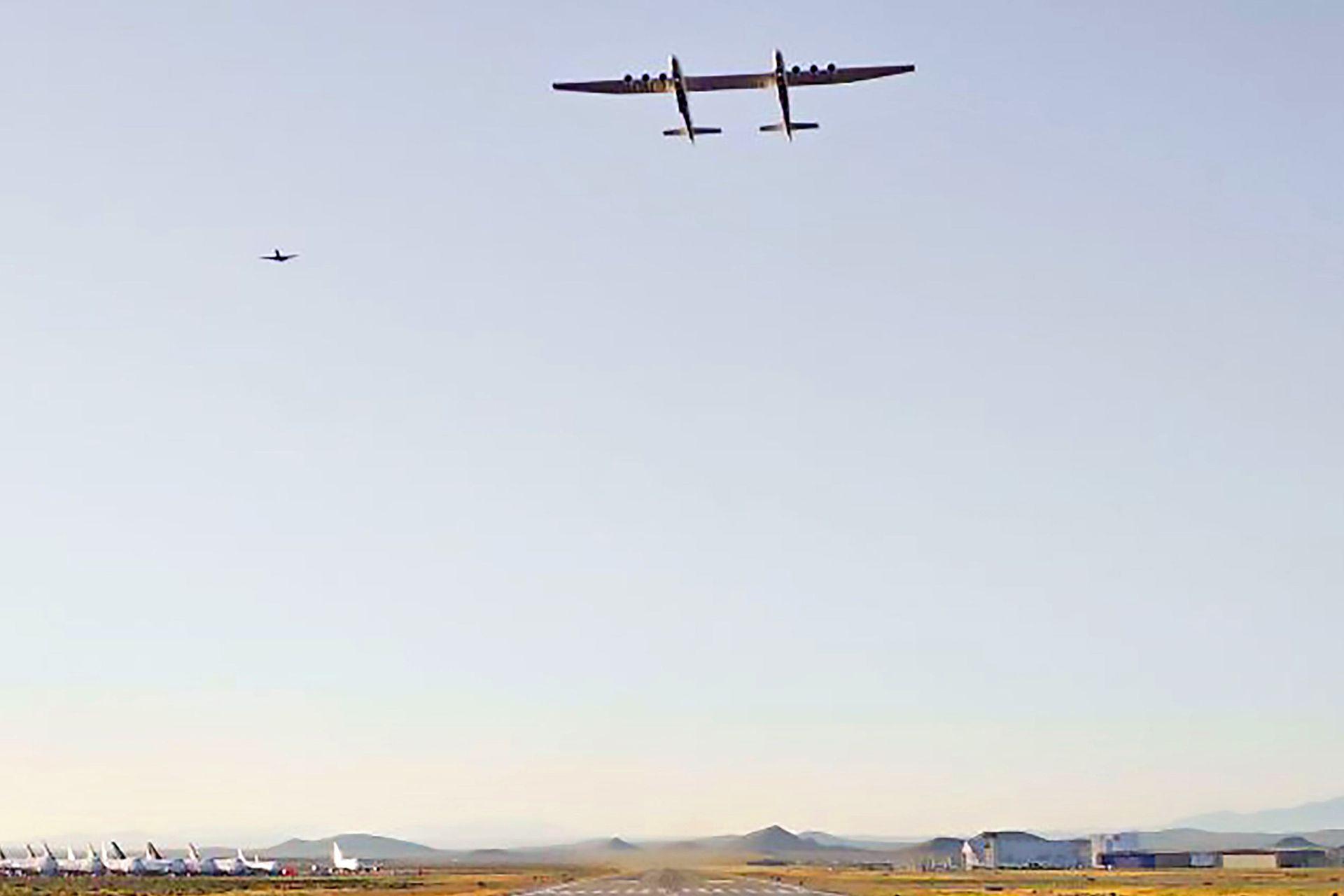 El avión voló dos horas y media, alcanzando una velocidad máxima de 304 kilómetros por hora y altitudes de hasta 5.181 metros