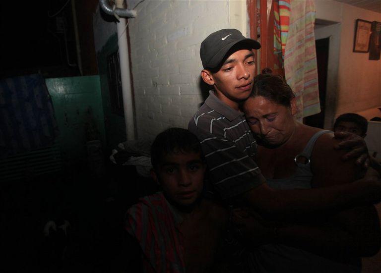 Ana Montiel llora en brazos de un hijo