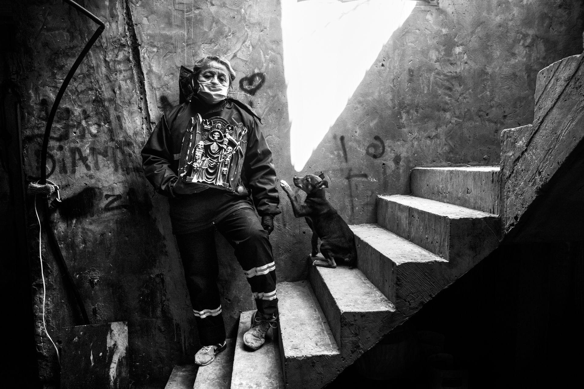 """""""Chicho"""". Así conocen todos los vecinos a Yolanda Carrizo. Es consejera barrial y tiene 67 años, 12 hijos, un perro fiel y una imagen de San La Muerte."""