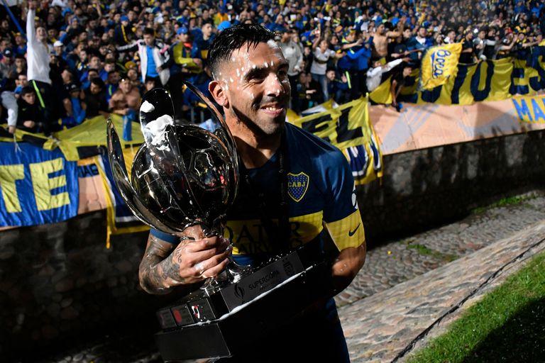 Tevez muestra el trofeo de la Supercopa Argentina: fue el que Boca le ganó a Central este año