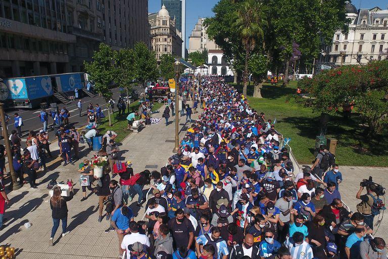 Largas filas para despedir a Diego Maradona