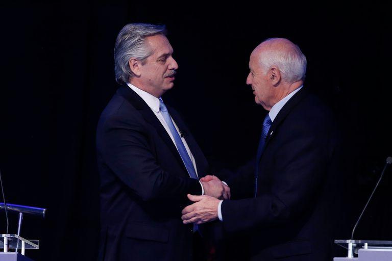 Alberto Fernández se saluda con Roberto Lavagna al final del debate