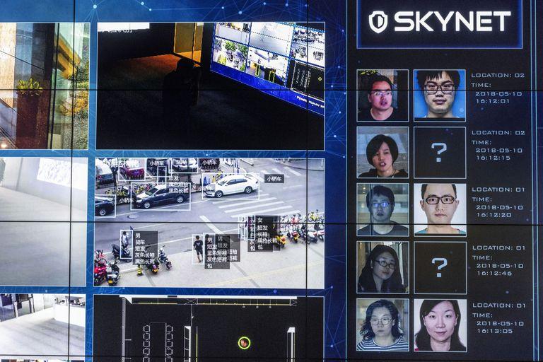 Un video muestra el software de reconocimiento facial en uso en la sala de exhibición de Megvii en Pekín