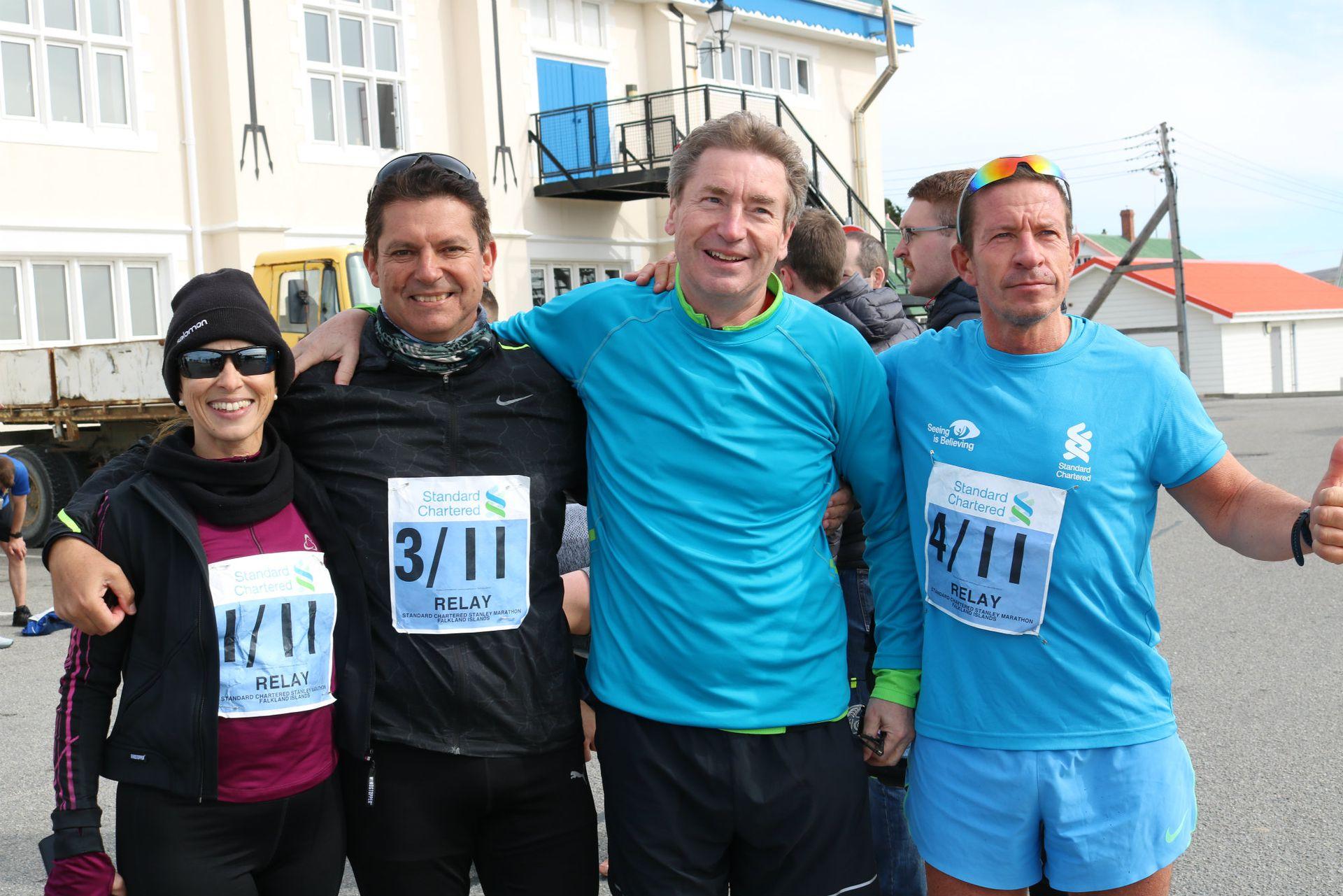 El equipo Chimichurri: Graciela Brunazzo, esposa de Jiménez Corbalán, él, Marc Townsend y Marcelo De Bernardis, corredor histórico de la carrera en las islas