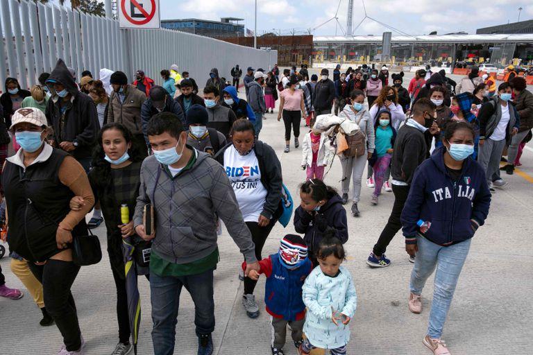 Cientos de migramtes, en la frontera entre México y Estados Unidos