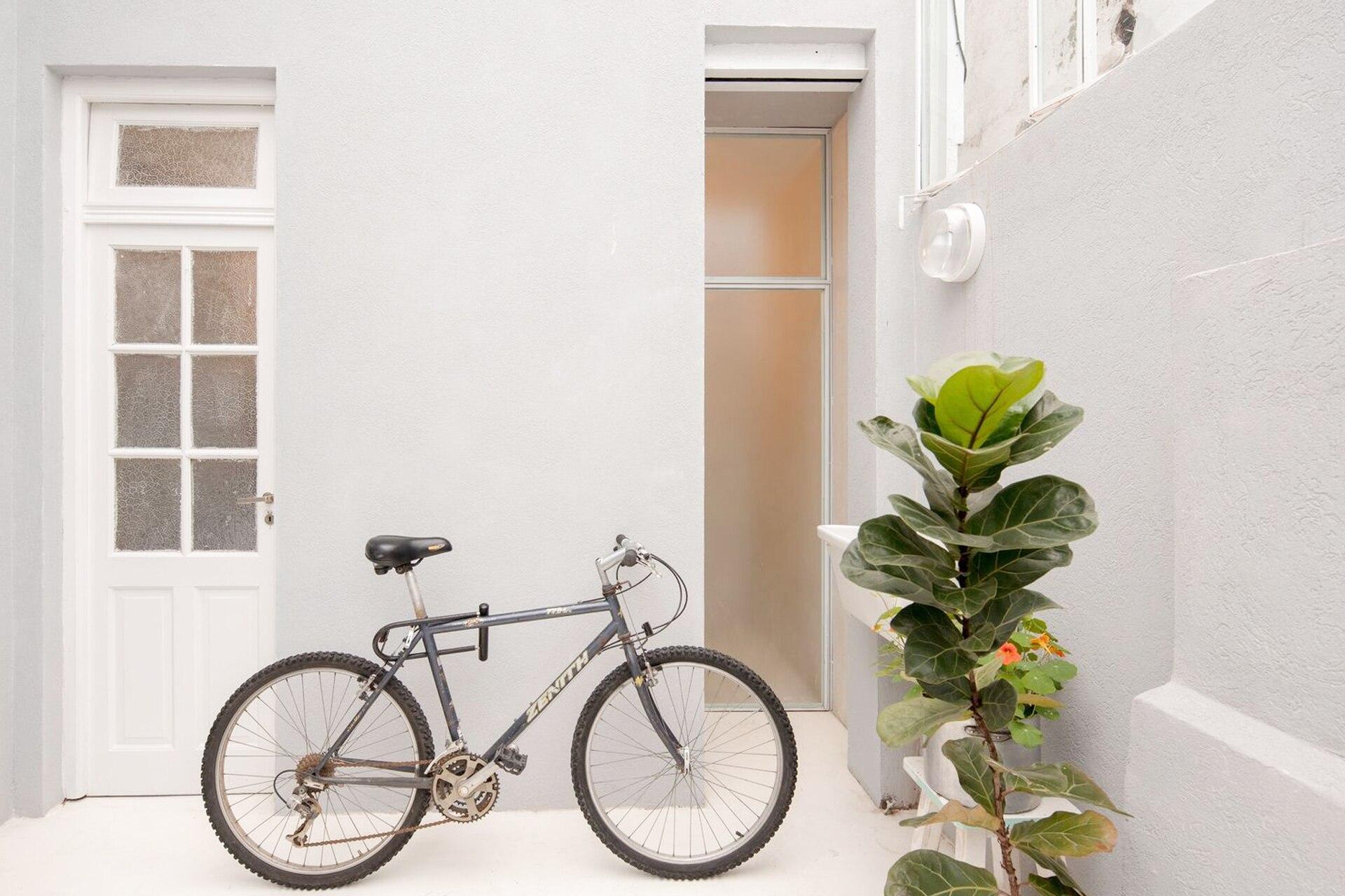 De un lado, un acceso desde el patio al lavadero y al baño posterior; del otro, un paño de vidrio lleva claridad a la zona de la bañadera y se puede abrir para pasar directamente al exterior.