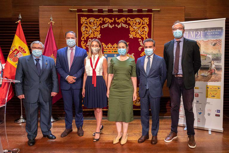 La postal de la presentación de la Feria del Libro de Madrid, donde el embajador colombiano (segundo desde la izquierda) realizó polémicas declaraciones sobre la lista de autores invitados