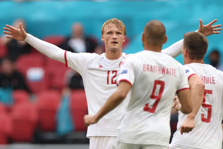 Kasper Dolberg festeja su primer gol para Dinamarca en el partido ante Gales por la Eurocopa 2020.