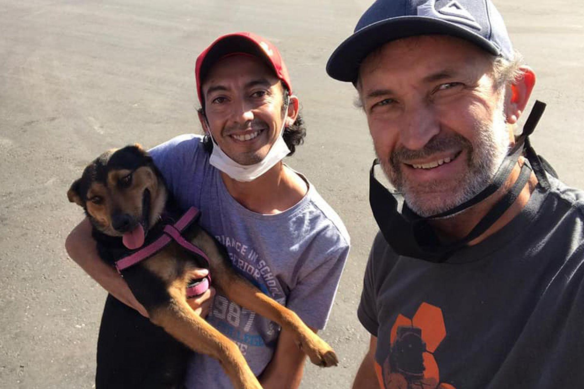 Fernando (el papá de Abril), al frente de la imagen, en el momento en que recibió a Raúl y Zorrita.