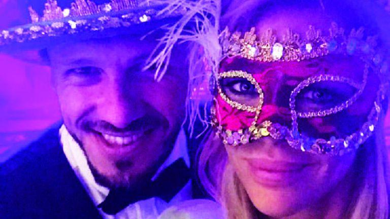 Martín Demichelis y Evangelina Anderson también se entusiasmaron con el cotillón artesanal y subieron una selfie a sus redes sociales.