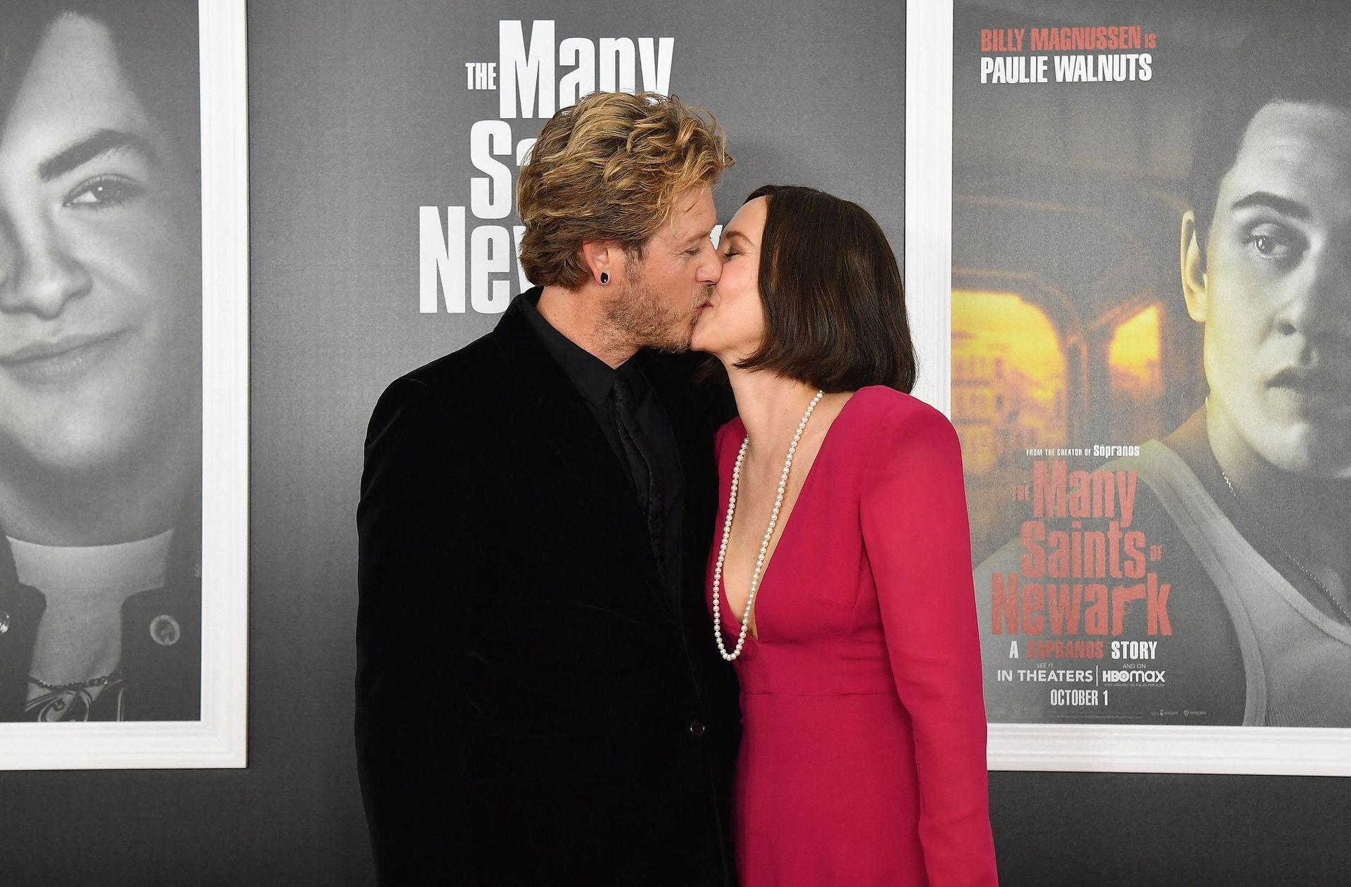 A puro beso: la actriz Vera Farmiga y su esposo, el músico Renn Hawkey, en la premiere de Los santos de la mafia
