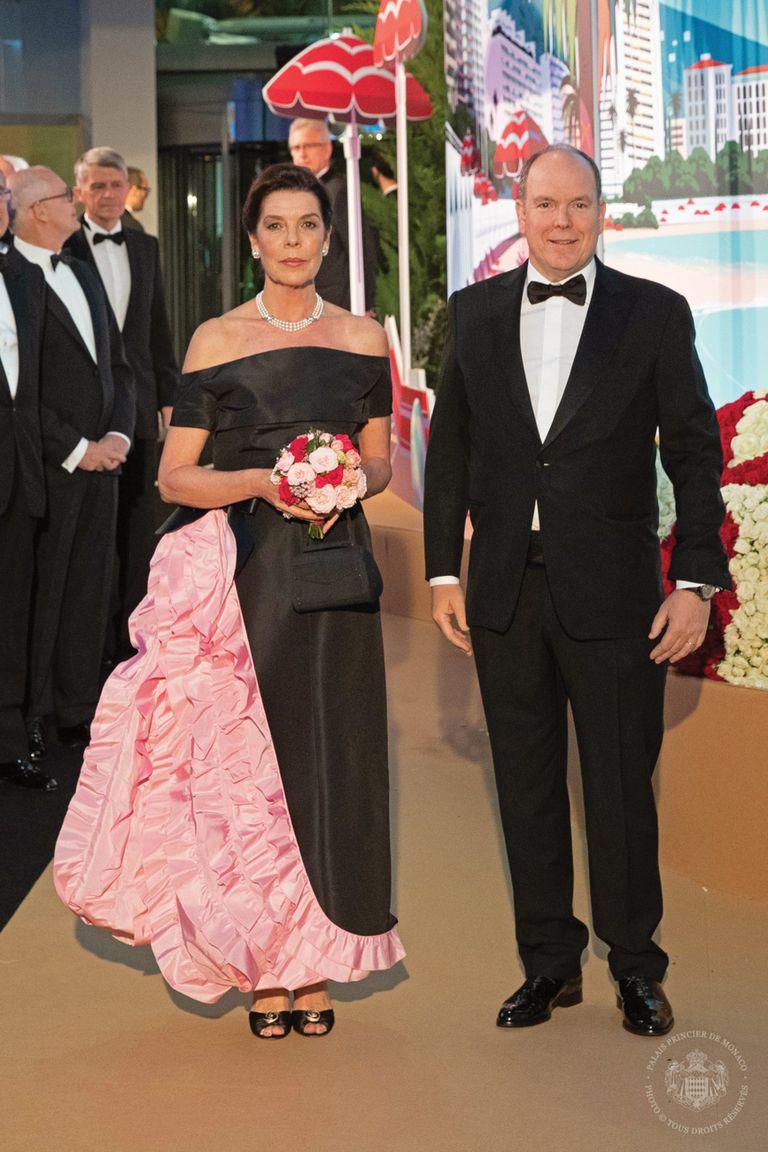 Carolina rindió homenaje a su amigo Karl Lagerfeld con un traje de la última colección de Chanel creada por el diseñador alemán. Y a su madre, llevando el increíble collar de perlas cultivadas de tres vueltas que su padre, el príncipe Rainiero, le obsequió a Grace Kelly como regalo de boda.