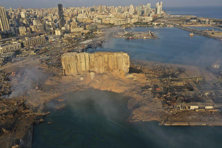 ARCHIVO - En esta imagen del 5 de agosto de 2020, una fotografía tomada con un dron muestra el lugar de una explosión en el puerto de Beirut, Líbano. La explosión destruyó vecindarios enteros y mató a decenas de personas. (AP Foto/Hussein Malla, Archivo)