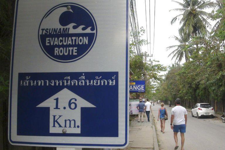 Carteles advierten cuál es la salida de emergencia ante un tsunami