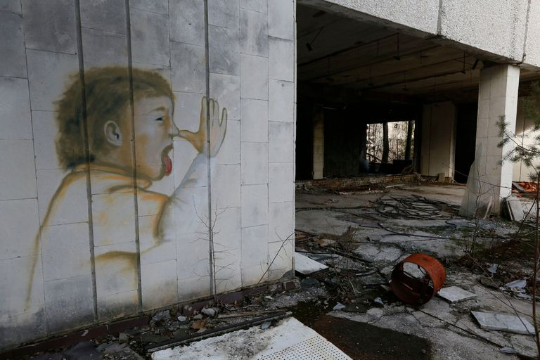 Un grafiti con la imagen de un chico haciendo burlas sobrevivió intacto al paso del tiempo en la pared de un supermercado convertido en ruinas