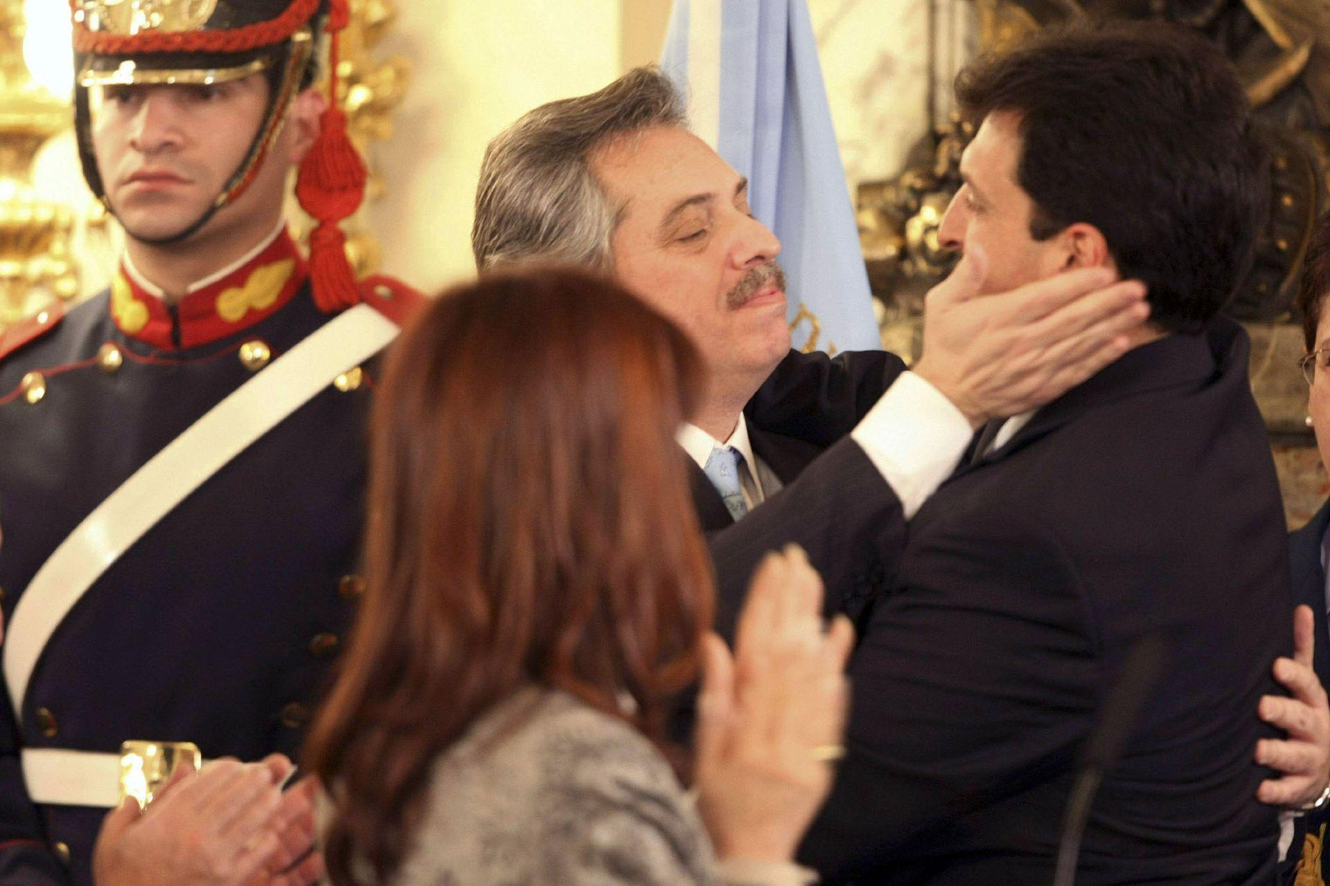 El nuevo jefe de Gabinete, Sergio Mazza, de 36 años, recibe el saludo de su antecesor, Alberto Fernández (24 de julio de 2008)