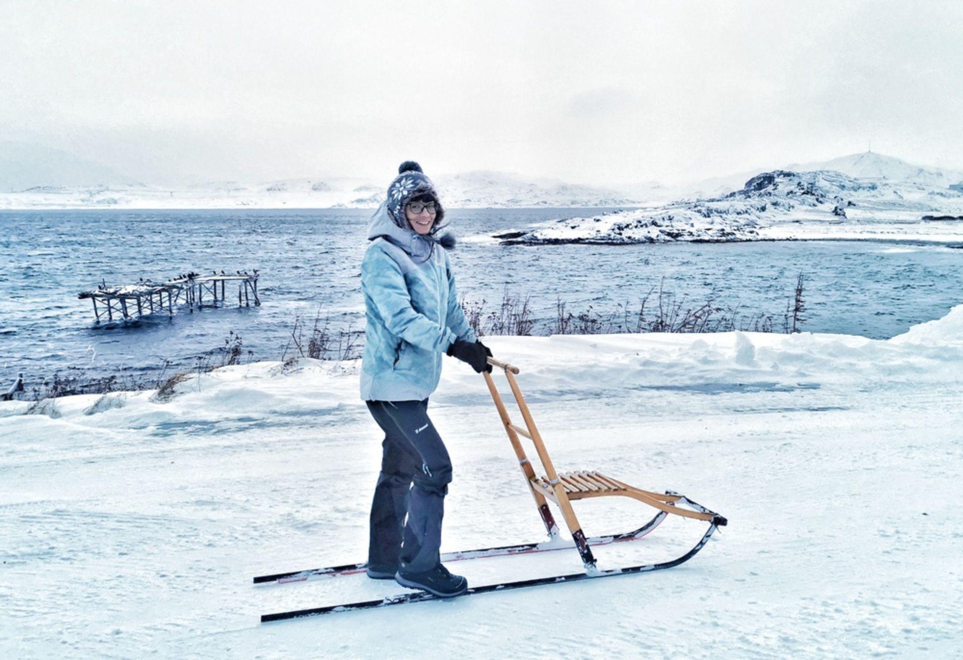 Caminando bajo la nieve por las calles de Kongsfjord