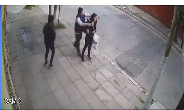 La golpearon para robarle la mochila en una parada de colectivos