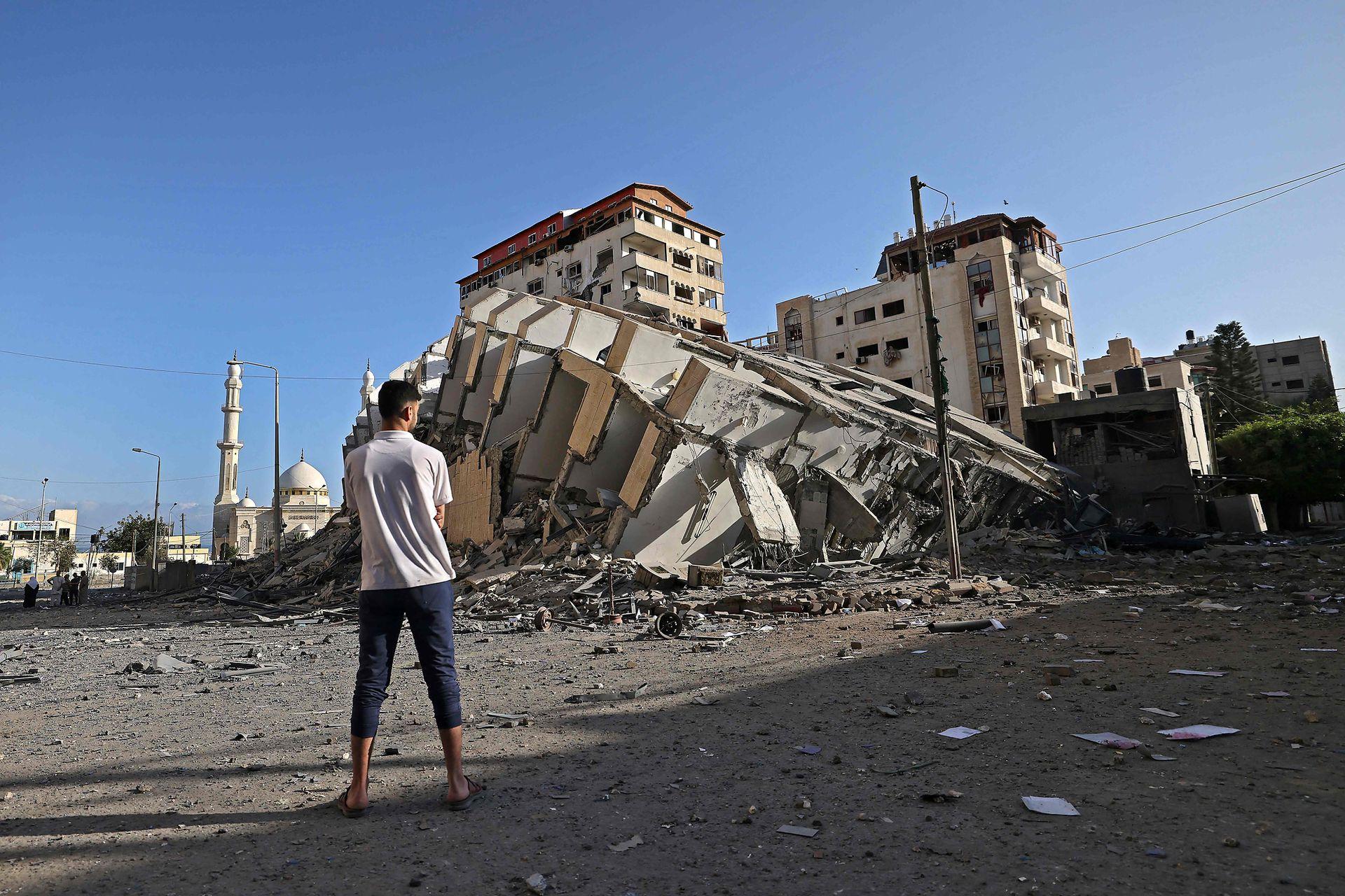 Un edificio destruido en la ciudad de Gaza, luego de una serie de ataques aéreos israelíes en la Franja de Gaza controlada por Hamas