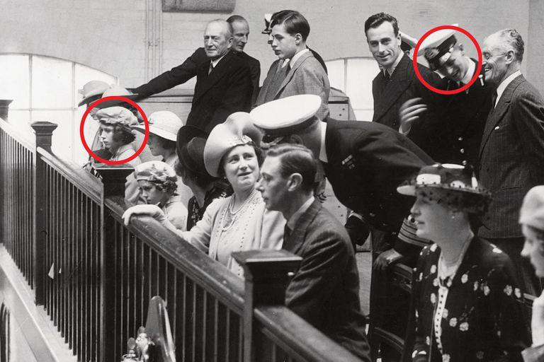 La familia real, a pleno, viendo ejercicios en el Royal Naval College. En los círculos, el cadete Mountbatten y la princesa heredera Isabel. Es el primer encuentro del que hay registro, aunque historiadores aseguran que habían coincidido en la boda de un pariente en común.