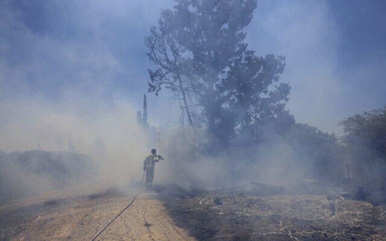 Un bombero israelí intenta extinguir un incendio causado por un globo incendiario lanzado por palestinos desde la Franja de Gaza, en la frontera entre Israel y Gaza, Israel, el martes 15 de junio de 2021