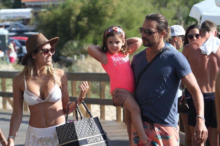 Floppy Tesouro y Rodrigo Fernández Prieto, paseando ayer con su hija Moorea por el balneario Ovo Beach