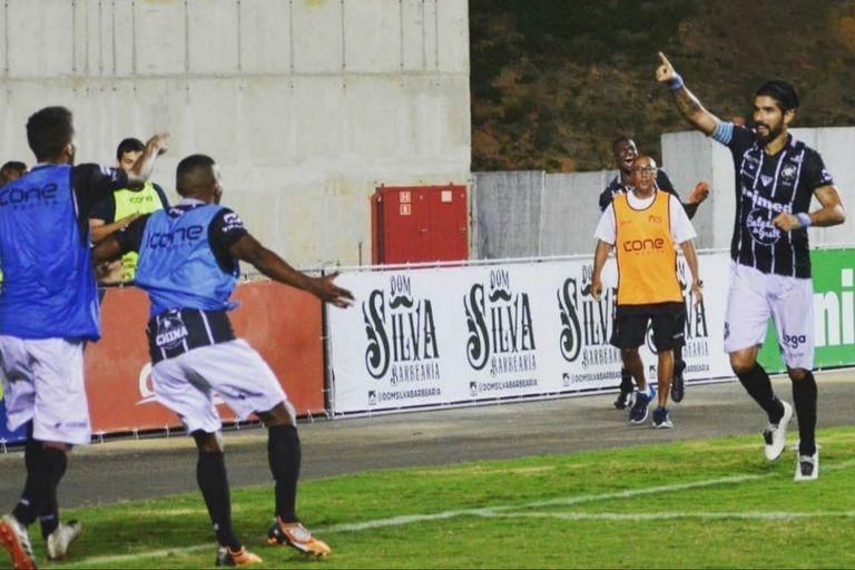Abreu sigue alimentando su récord Guiness: su primer gol en su club número 28