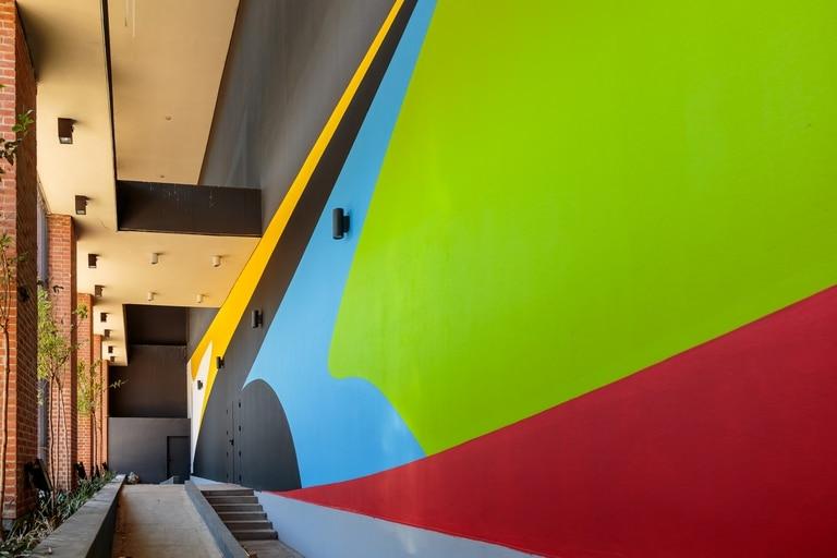 Detalle de Plano inesperado, el mural de 330 metros realizado por Elián Chali sobre la fachada del museo