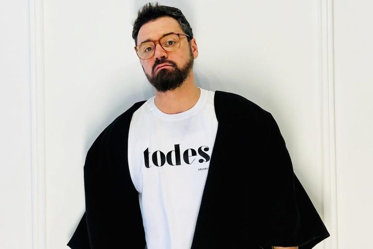 El diseñador tucumano abrió su primera tienda en Valencia y celebra la descentralización de la moda que le posibilitó llegar a Europa desde su provincia natal con creaciones genderless