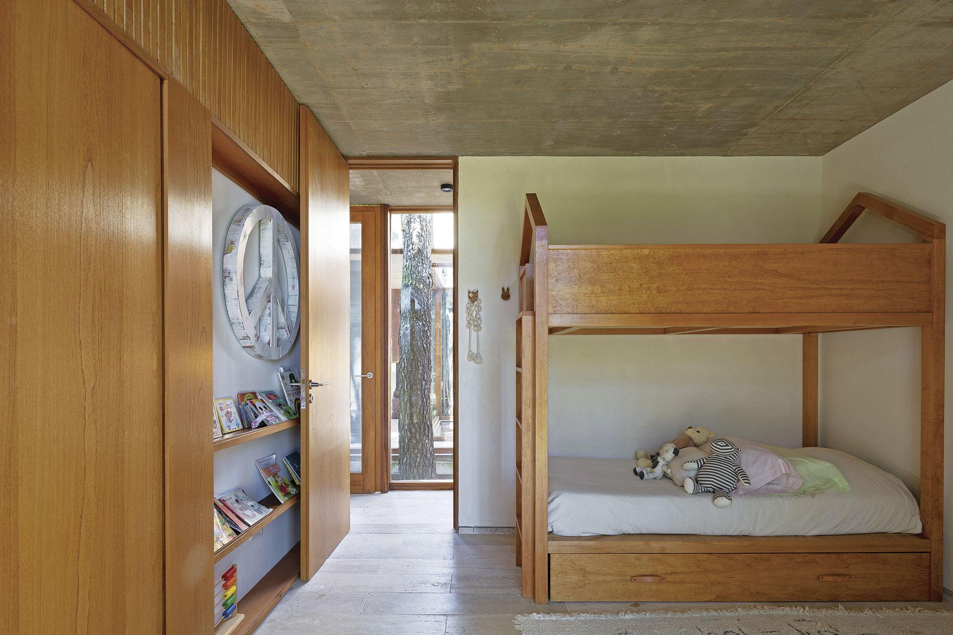Cama de madera en goiabao, acolchado y cortinas (Natalia Blanco para Estudio Haiku). Placares y puertas interiores en petiribí (Arq. Bárbara Berson).